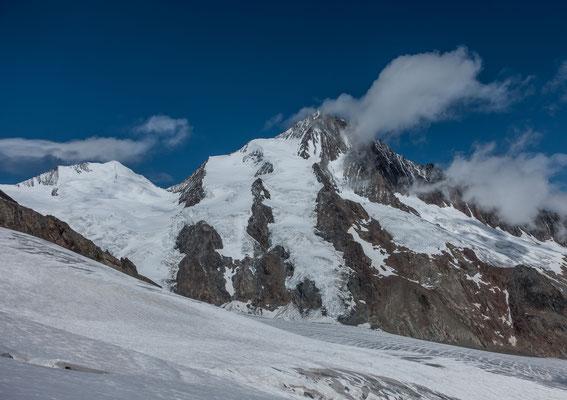 Gegenüber ist am Finsteraarhorn der gesamte Aufstieg ein zu sehen. Die Finsteraarhorn Hütte liegt am unteren rechten Bildrand