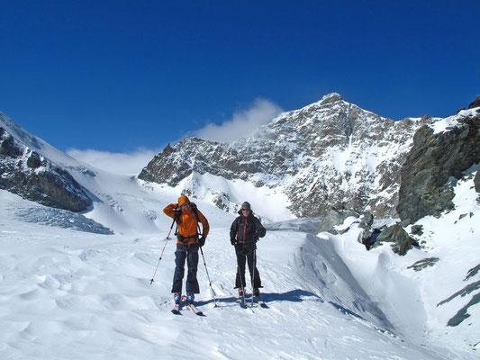 Im Aufstieg zum Fluchthorn, im Bild die abweisende Seite vom Allalinhorn