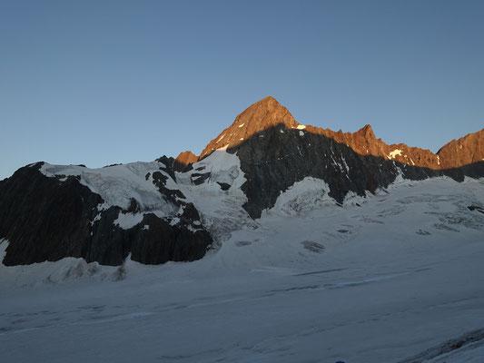 Das Finsteraarhorn wirft seinen Schatten auf das Gross Grünhorn