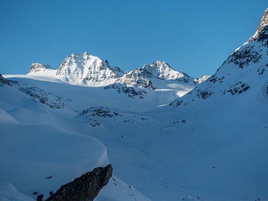 Nach einem grauen Sonntag herrscht am Morgen vor der Jamtalhütte Kaiserwetter. Blick auf die Hintere und vordere Jamspitze, rechts unser Tagesziel, die Dreiländerspitze