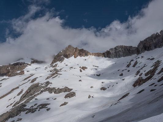 Nach einigen happigen Querungen wird der Blick zum Hubelhorn mit den flacheren Schneefeldern frei