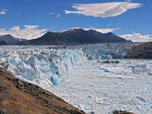 Auf eisenhaltigen Granitplatten können wir die imposante Gletscherstirne beobachten