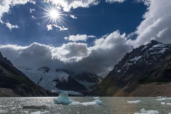 Kleine Eisbrocken schwimmen in der Laguna Torre