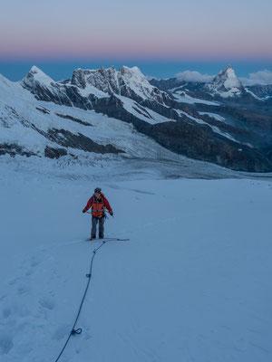 Peter und Peter sind bereits gut 3 Stunden unterwegs, hier mit Blick auf den Pollux, das Breithorn und das Matterhorn