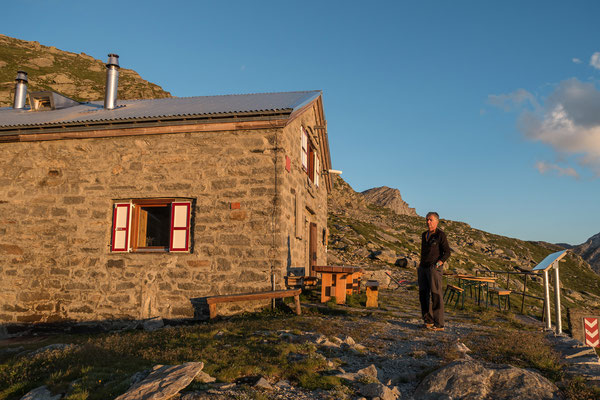 Jürgen geniesst die letzten Sonnenminuten vor der Adula UTOE Hütte