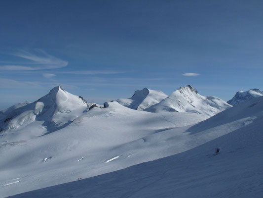 Kurz unter dem Skidepot vom Alphubel, links Allalinhorn, Feekopf, Strahlhorn , Rimpfischhorn Zumsteinspitze, Nordend und Dufourspitze