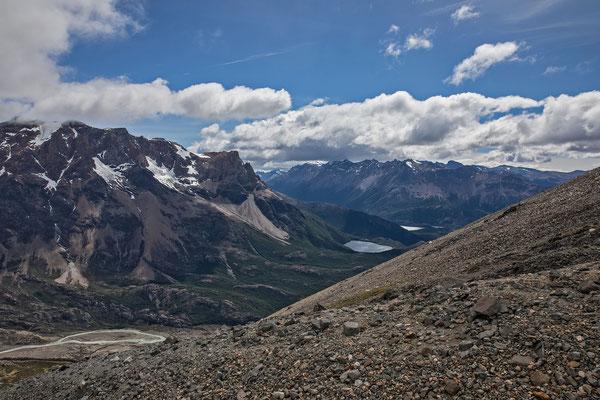 Blick von den schwarzen Steinen zum Cerro 30 Aniversario, rechts darunter die Laguna Azul und die Laguna Condor
