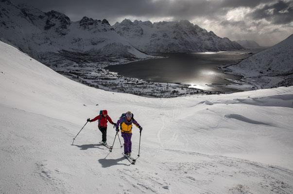 Beim Aufstieg zum Pilan sollte Frau häufig zurückschauen, der  Austnesfjorden ist meistens eine Kopfdrehung wert