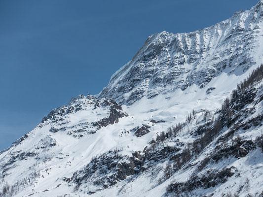 Die Gletscherspitza wirk vor der imposanten Nordwand des Lötschentaler Breithorn verschwindend klein