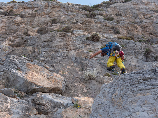 Die 8. Länge setzt zum grossen Quergang an oberhalb vom Grottenüberhang