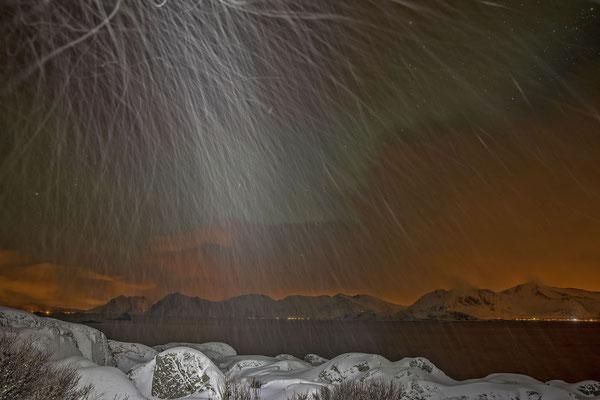 Auf nächtlicher Nordlichtjagt. Ohne Begleitung beleuchte ich die tanzenden Schneeflocken ohne geringste Hoffnung auf einen grünen Lichterzauber