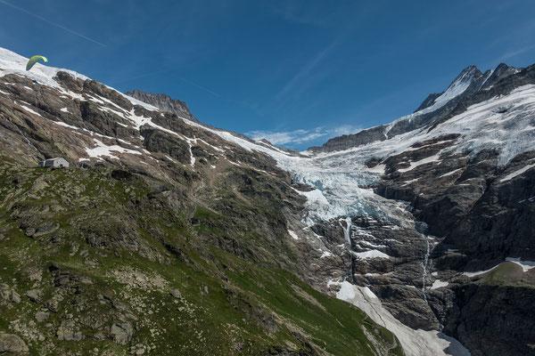 Nach wenigen Schritten heben wir ab und geniessen die spezielle Perspektive auf den Gletscher und das Schreckhorn