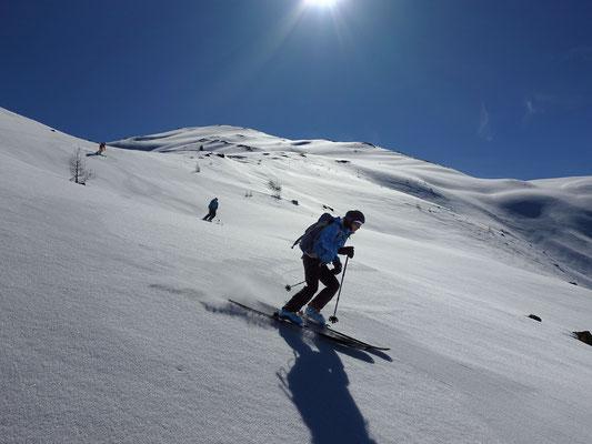 Nach einer weiter Rast ziehen wir unsere Spuren durch perfektes Skigelände, aber erst in den untersten Passagen kommt das Sulzfeeling auf