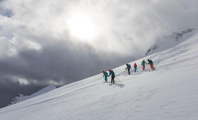 Das geniale an den Lofoten ist Landschaft und der Schnee. Hier gut zu sehen dieser körnige Graupelpowder, welcher mit seiner geringen Einsinktiefe wie Sulz zu fahren ist.  Bei uns wäre das mit diesen Sturmböen nur noch Plattenpulver