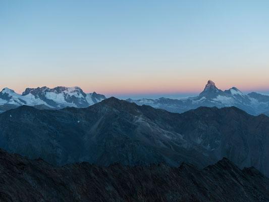 3 Stunden nach unserem Aufbruch in der Täschhütte streifen die ersten Sonnenstrahlen den Gipfel vom Matterhorn