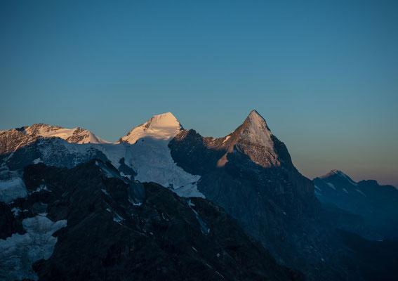 Wir sind bald drei Stunden unterwegs, als die Morgensonne Eiger und Mönch so eindrücklich beleuchten