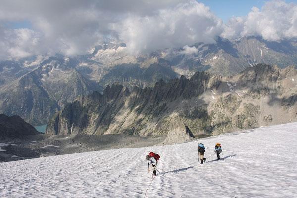 Die hohen Berner Alpen sind von Quellwolken verhüllt, darunter können wir die Zacken der Gelmer Hörner und Spitzen umso leichter ausmachen