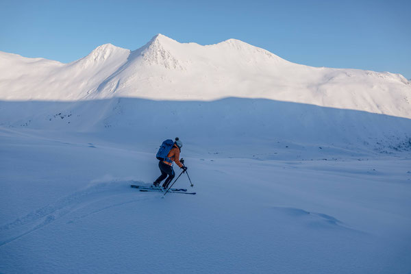 Unten ist das Terrain relativ flach, dank der hart gefrorenen Unterlage und einem Schäumchen Powder obendrauf macht das Ganze trotzdem Spass