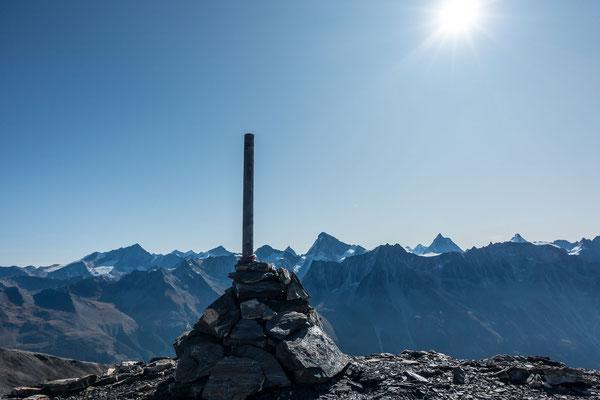 Immerhin kann sich die Aussicht von der Pointe des Darbonires sehen lassen. Links von der Gipfelstange das Weisshorn und Zinalrothorn, rechts davon Obergabelhorn, Matterhorn, Liskamm und Dent d`Héréns, alles bekannte Viertausender