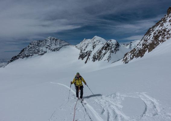 Die Wetterprognose macht uns die Umstellung einfach. Anstatt des Bernina ziehen wir den Palü vor. Klaus auf dem mächtigen Altipiano di Fellaria, links der Zupo, rechts die Bellavista