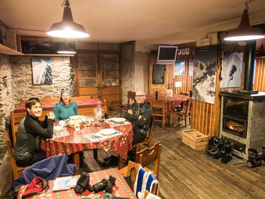 Ostern 2016, ein bisschen überlaufen ist es schon. Wir teilen die Marinellihütte mit einem weiteren Deutsch/Schweizerischen Paar