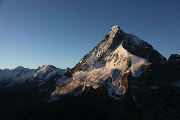 Das Horu im Morgenlicht, links der Hörnligrat, rechts am Horizont der Liongrat, die beleuchtete Firnschneide markiert den Zmuttgrat