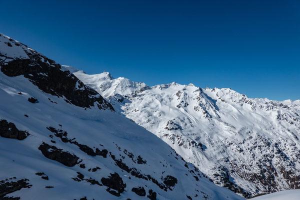 Endlich an der Sonne. Nach gut zwei Std. Aufstieg erreiche ich eine flache Schulter mit Ausblick zum Mittler- und Vorder Tierberg, Giglistock und Graui Stöckli