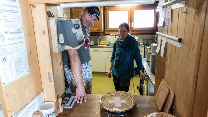 Das sympathische Hüttenwart Paar verwöhnt uns mit frisch gebackenem Haslichüöche