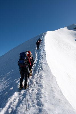 Der kurze Firngrat zum Gipfel ist wunderschön zu gehen