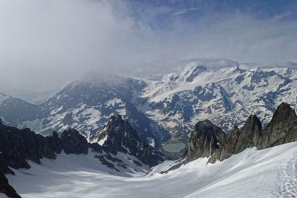 Eine Aussicht, die sich wirklich sehen lassen kann, hier der Blick vom Obertaljoch über den Obertalgletscher zum Steisee, darüber das wolkenumhüllte Gwächtenhorn