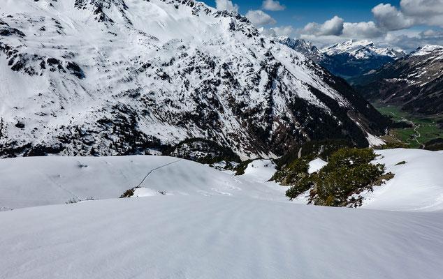 Das Schäumchen Pulver, aber vor allem die tragende Altschneedecke ermöglichen einen perfekten Tourentag bis wenige Meter vor dir Passstrasse