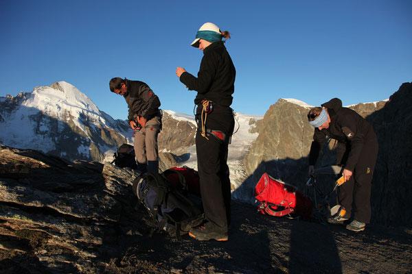 Kurz vor dem Hohwänggletscher, ein perfekter Platz um das Gletscher Equipement bereit zu halten. Links der Dent d`Hérens