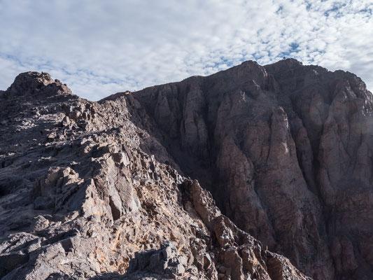 Kurz zuvor hatten wir noch den Westgipfel des Toubkal im Blickfeld, nach dem Sattel wenden wir uns nun dem Hauptgipfel zu und erblicken in Kürze die Pyramide, die den höchsten Punkt Nordafrikas ver(un)ziert