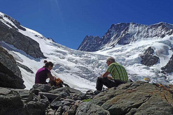 Ein recht steiler Hang links vom Ober Ischmeer bietet den Durchschlupf Richtung Schreckhornhütte