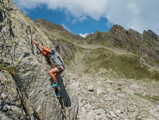 Mit Danielle verbringe ich noch zwei Tage im Sustengebiet. Hier beim Verfeinern ihrer Leidenschaft, dem Felsklettern.