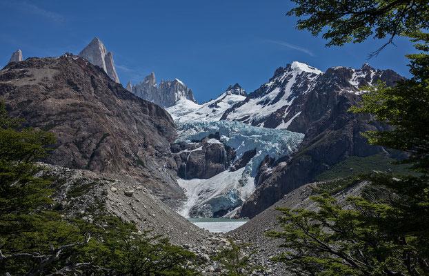 Spektakulärer Ausblick auf den Glaciar Fitz Roy Este. Links die beiden Granittürme Poincenot und Fitz Roy, deutlich niedriger der Aguja Mermoz und die Guillaumet, rechts die Gipfel des Cerro Elétrico
