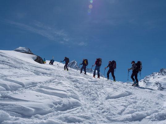 Steil ragt die Becca di Monciair in den stahlblauen Himmel