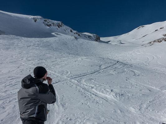 Der Schnee ist teilweise noch pulvrig und die zahlreichen Spuren stören hier kaum, kein Wunder sind diese Touren so beliebt, in tieferen Lagen liegt praktisch kein Schnee mehr.