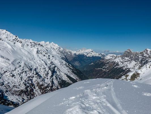 Im Gadmertal ist der Frühling eingekehrt, in den Bergen ist noch tiefer Winter. Rechts der Tällistock, in der Bildmitte der Wildgärst, anschliessend die Engelhörner, dann Wetterhorn, Mittelhorn und Rosenhorn