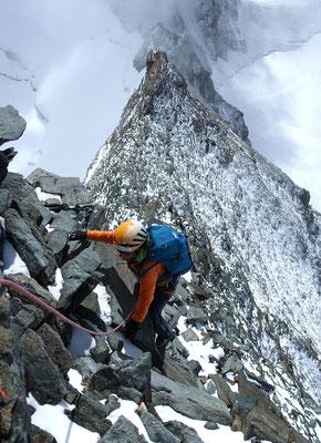 Weniger ausgesetzt als es ausschaut, die Kletterei ist griffig und obwohl der Fels vielfach nur aufeinander geschachtelt ist, sind die losen Brocken von zahlreichen Begehungen bereits in die Tiefe befördert worden