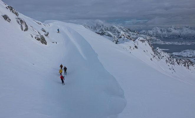 """die Aufstiegspur vom Bergführerkollegen Roman """"umschifft"""" sämtliche ausrutschgefährdeten Stellen"""
