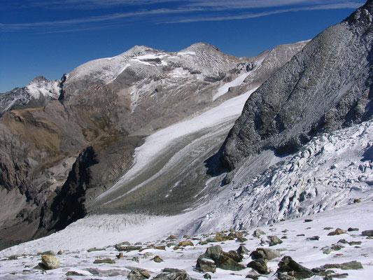 Der Aufstieg zur Tracuithütte ist bald geschafft. Im Hintergrund die Barrhörner, die höchsten Wandergipfel der Schweiz