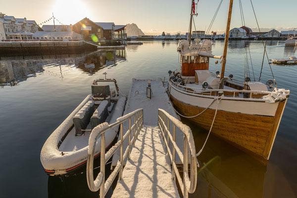 Blick vom Bootshafen zum Hotel mit dem besonderenFrühstücksraum