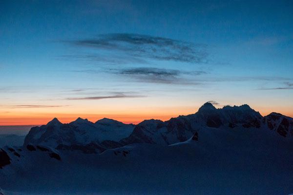 Morgenstimmung vor der Mönchsjochhütte, die Wetterhorngruppe und das Schreckhorn-Lauteraarhorn
