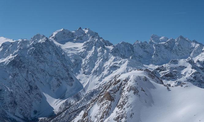 Blick vom Gipfel auf den westlichsten Viertausender der Alpen, die Barre des Ecrins. Links der nicht weniger imposante Montagne des Agneaux
