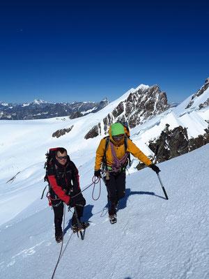 Darüber führen herrliche Firnhänge zum niedrigsten Viertausender der Breithorn Gruppe