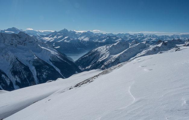 Blick in die Walliser Alpen, dominant das Weisshorn über dem dunstigen Rhonetal