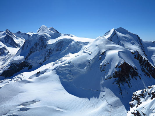 Blick vom Roccia Nera zum Castor und Pollux (im Vordergrund). anschliessend Lyskamm, Signalkuppe, Zumsteinspitze und Dufourspitze
