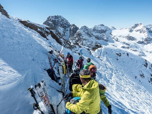 Obwohl wir den ambitionierten Skitourenläufern den Vortritt liessen, herrscht am Skidepot der Dreiländerspitze immer noch ein kleines Gedränge. Vor lauter Achtsamkeit auf sein eigenes Material geht der fantastische Blick auf den Buin fast vergessen