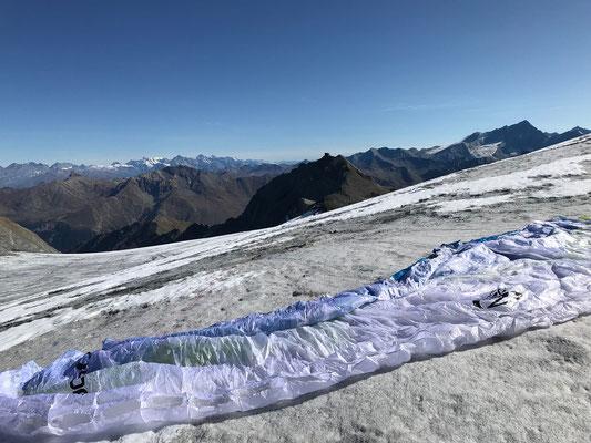 Startplatz auf dem Glacier de la Vuasson, darüber die Berner Alpen mit Tschingelhorn, Breithorn (das Lauterbrunner), die Jungfrau, Bietschhorn und Finsteraarhorn